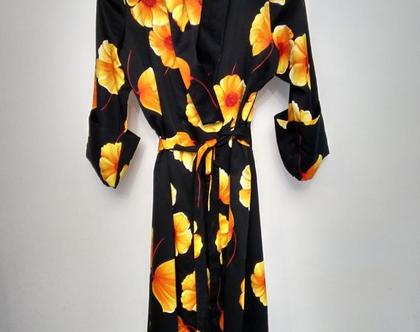 שמלה מעטפת מקסי סאטן שחור הדפס פרחי היביסקוס צהובים | שמלה מקסי קשירה במותן בהדפס פרחים גדולים