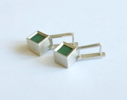 עגילי כסף עם אבן אוונטורין, עגילי קוביה תלוים, עגילים תלוים משובצים אבן ירוקה, עגילים בעיצוב מינימלסטי, תכשיתים בעבודת יד
