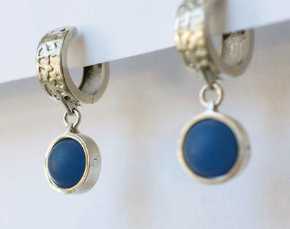 עגילים תלוים עם אגת כחולה, עגילי כסף, חישוקים צמודים, אבן כחולה, תכשטים בעבודת יד