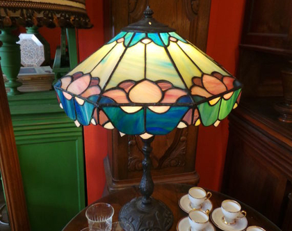 מנורת שולחן צבעונית