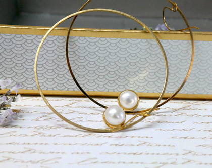 עגילי זהב גדולים עם פנינה לבנה, עגילי חישוק ייחודי מזהב , עגילי חישוק גדולים בזהב, עגילי פנינה לאישה, עגילי זהב תלויים, חישוק גדול במיוחד