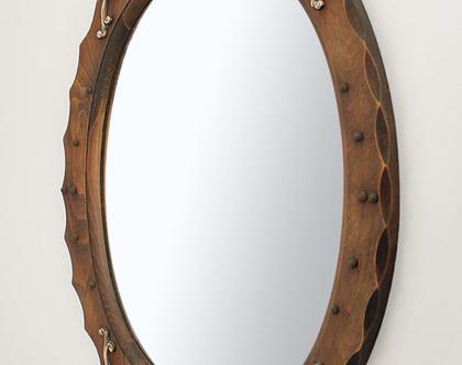 מראת וינטאג׳ אובלית במסגרת עץ עם פיתוחי פליז