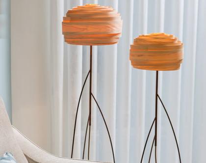 """מנורת רצפה, מנורה עומדת, מנורת רגל, מנורת רצפה לסלון, אהיל פורניר, מנורה טבעית, """"רוזה"""", מנורה עומדת לצד ספה, מנורת אווירה."""