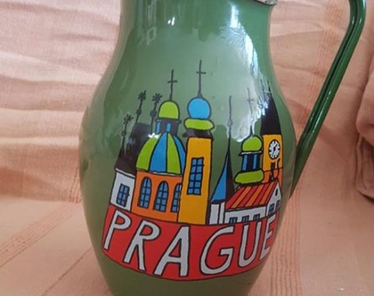 כד מהעיר פראג /אמייל ירוק עם איור צבעוני / וינטאג' שמור