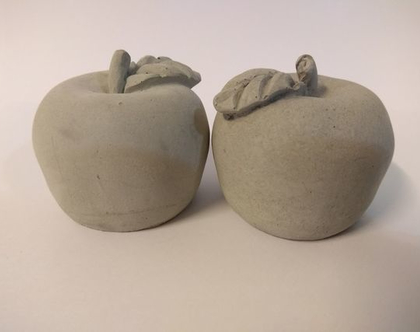 תפוחים-תפוחי בטון | 2 יח׳ | עיצובים בבטון | מתנה מבטון | עיצוב שולחן חג | מתנה לראש השנה | הום סטיילינג