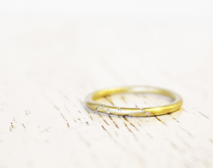 טבעת זהב מט משובצת יהלומים