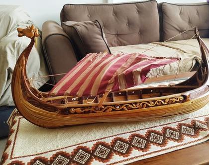 ספינה מעץ גדולה ומיוחדת בעבודת יד בסגנון ויקינגי