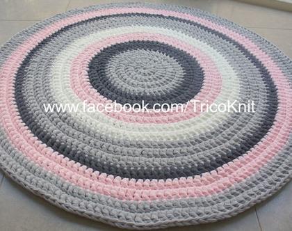 שטיח עגול סרוג בגוונים אפורים, ורוד ושמנת בקוטר 1.10 מטר