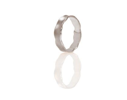 טבעת נישואין עדינה עם גלים,טבעת נישואין זהב לבן, טבעת נישואין קלאסית, טבעת נישואין מיוחדת, טבעת נישואין מעוצבת, טבעת נישואין לאישה, טבעת דקה