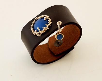 צמיד עור רחב עם אבן אגת כחולה, צמיד עם אבן משובצת בכסף, צמיד עור עם אבן, תכשיטים עם אבן כחולה , צמיד עור שחור עם כסף, תכשיטים בעבודת יד