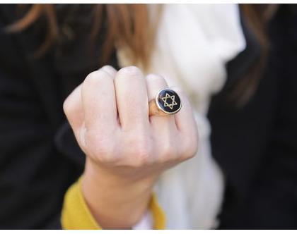 טבעת עגולה עם מגן דוד בשילוב אמייל שחור בציפוי זהב, טבעת חותם זהב, טבעת יודאיקה, טבעות עבודת יד, מתנה לאישה