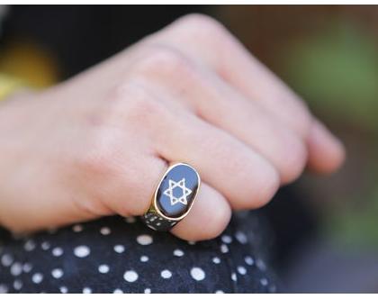 טבעת אליפסית עם מגן דוד בשילוב אמייל שחור בציפוי זהב, טבעת חותם זהב, טבעת יודאיקה, טבעות עבודת יד, מתנה לאישה