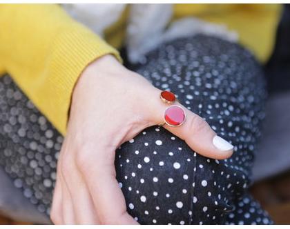 טבעת בשילוב אמייל אדום בציפוי זהב, אמייל אדום עגול אבן חן שני טבעת חישוקים, טבעת גולדפילד, זהב טבעת חן, טבעת אבן מזל, טבעת עדינה