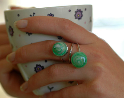 טבעת עם בלוני זכוכית עבודת יד