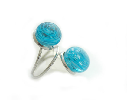 טבעת עם בלוני זכוכית תכלת שקוף