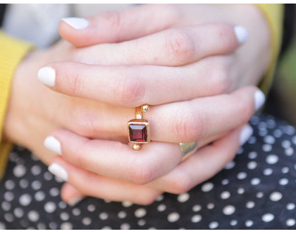 טבעת ספירל בשילוב גרנט בציפוי זהב