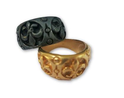 """טבעת """"פלר דה ליס """" עם סמל המלוכה"""