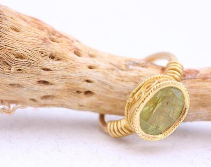 טבעת אירוסין 18K, טבעת אירוסין מעוטרת, טבעת אירוסין מיוחדת, טבעת אירוסין ייחודית, טבעת זהב צהוב, טבעת אירוסין וינטאג', טבעת אירוסין עם אבן