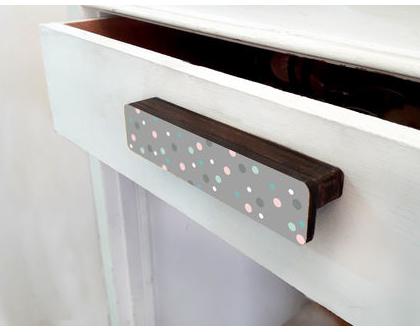 ידית עץ מעוצבת לדלת ארון, ידית דקורטיבית מאורכת בצבע אפור עם נקודות צבעוניות, ידיות למגירות