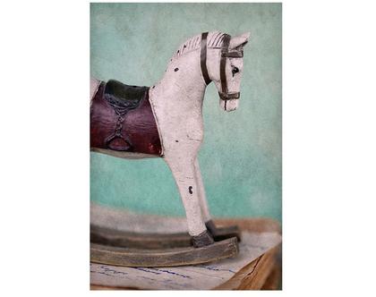 גלויה מצולמת. סוס נדנדה. פרינט מקורי. צילומים מקוריים. כריסמס. כרטיס ברכה לחורף. הדפס מקורי. סוס מעץ.