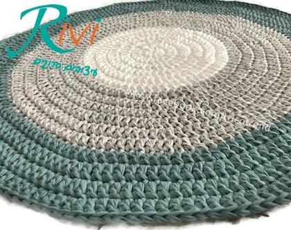 שטיח סרוג בגוון מודרני של תכלת מעושן, אפור ושמנת .  שטיח עגול  שטיח סרוגֻ  תכלת מעושן   תכלת אפור   שטיח לחדר הילדים  שטיח לבית  