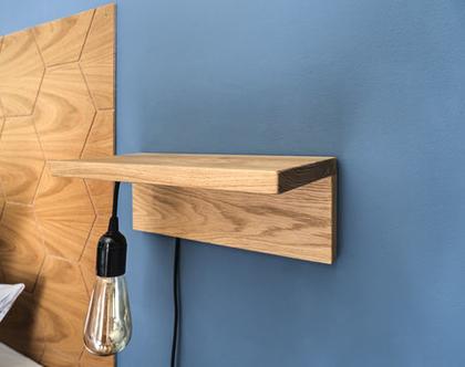 מדף מעץ עם מנורה לחדר שינה