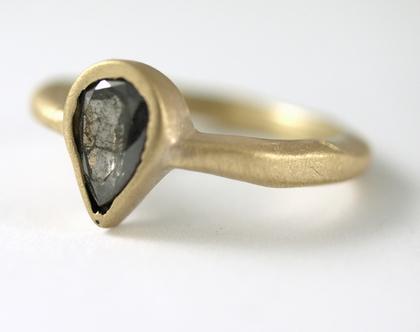 טבעת זהב גלים   טבעת ייחודית משובצת   יהלום טיפה חום טיבעי   אורה דן תכשיטים