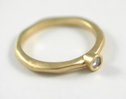 טבעת זהב   טבעת עדינה 14k   טבעות יהלומים   טבעות אירוסין   טבעת משובצת יהלום   אורה דן תכשיטים   מעצבת תכשיטים בתל אביב  