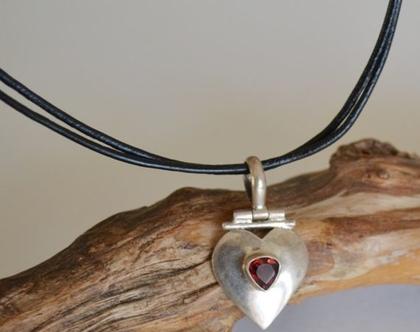 שרשרת עור לנשים עם תליון לב בשיבוץ אבן רובי