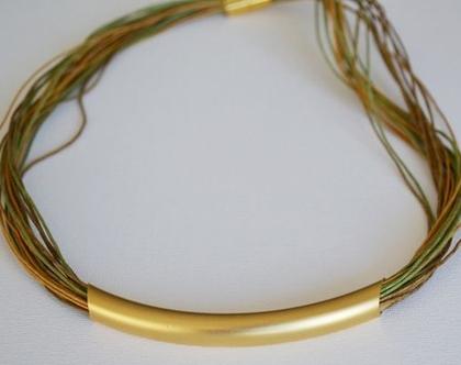 שרשרת צבעונית מחוטי כותנה מושחלים לצינור בציפוי זהב איכותי