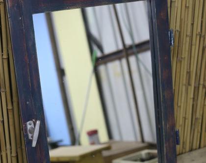 מראה מחלון ישן בצבעים אדום וכחול, מרה מעוצבת, קיר ותמונות, מראת גוף
