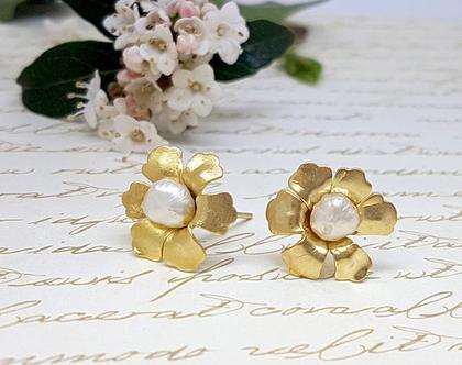 עגילי פרח ופנינה זהב, עגילי זהב צמודים, עגילי זהב, עגילים לכלה, עגילי פרח צמודים, עגילים עדינים לחתונה