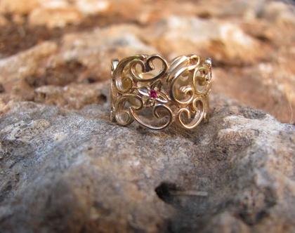 טבעת זהב רובי , טבעת אירוסין מעוטרת, טבעת אירוסין פרחים ועלים, טבעת זהב מתנה לאישה, טבעת זהב משובצת, טבעת תחרה רחבה, טבעת אירוסין לאישה,