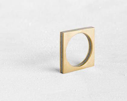 """טבעת """"Layers"""" מרובעת זהב ובטון"""