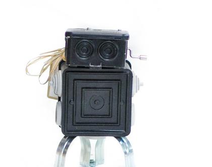 רובוט צבעוני ממוחזר ומנגן