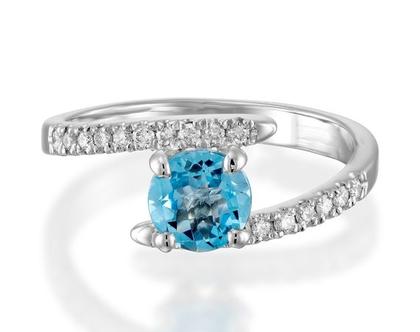 טבעת בלו טופז ויהלומים, טבעת יהלומים טוויסט, טבעת מיוחדת לאישה, טבעת יהלומים ואבן חן, טבעת יהלומים לאישה, טבעת מתנה לאישה, טבעת מעוצבת