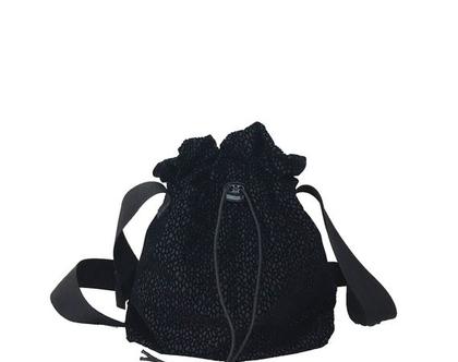 תיק צד מבד שחור עיטורי קטיפה פרחוניים מיוחד עם מגע קטיפתי, כיס פנימי לטלפון ורצועות רחבות שחורות מתכווננות