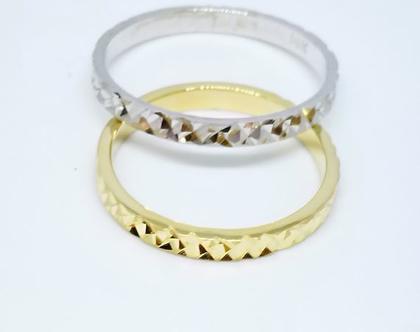 טבעת נישואין בדוגמת חריטה.