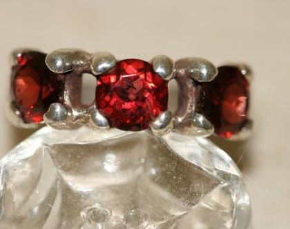 טבעת כסף עם אבני גרנט אדומות