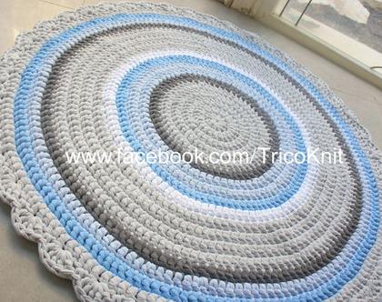 שטיח עגול סרוג בגוונים אפורים, תכלת, ושמנת בקוטר 1.20 מטר