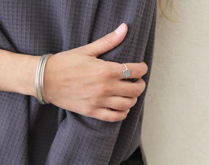 טבעת סוליטר שטוחה ועדינה כסף ובטון
