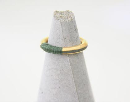 טבעת זהב ובטון מלופפת בחוט
