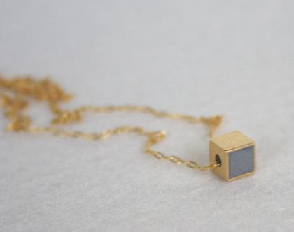 תליון קוביה עדין זהב ובטון