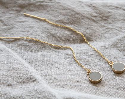 עגילים עגולים תלויים על שרשרת זהב במילוי בטון
