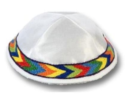 כיפה לבנה רקומה ברקמה אתיופית צבעונית. כל הצבעים: לבן, צהוב, כחול, ירוק, אדום, כתום.