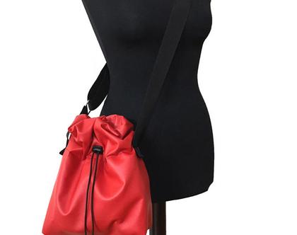 תיק צד אדום מחומר טבעוני , כיס פנימי לטלפון, רצועות מתכווננות, נסגר במשיכה על ידי שרוך