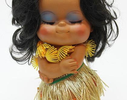 בובת וינטאג׳ של רקדנית בשמלה זהובה ושרשרת פרחים, בובת גומי וינטג׳