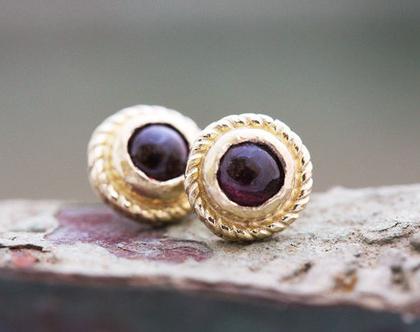 עגילי זהב צמודים, עגילי גרנט צמודים, עגילים עדינים לאישה, עגילי זהב צהוב, מתנה לאישה, עגילי וינטאג', עגילים מעוטרים, עגילי זהב אבן אדומה,