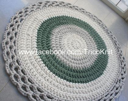 """שטיח עגול סרוג בגוונים אפורים, ירוק ושמנת בקוטר 90 ס""""מ"""