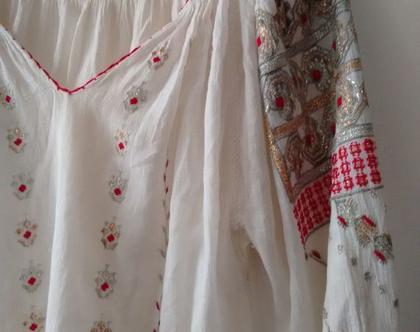 חולצה רומניה עתיקה   חולצה לבנה רקומה בזהב כסף ואדום בוהו שיק   חולצה עתיקה נדירה רקמת יד   מידה S M